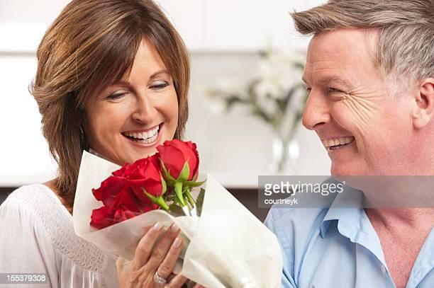 Mann für seine glückliche Frau Rote Rosen