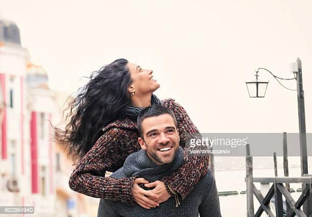 Homem dar a namorada na corrida às Cavalitas Veneza