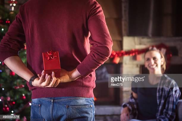 Hombre dando presente a novia