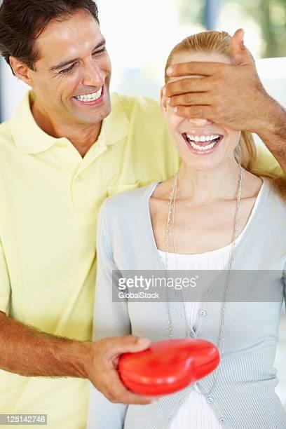 Homme donnant femme surprise pour