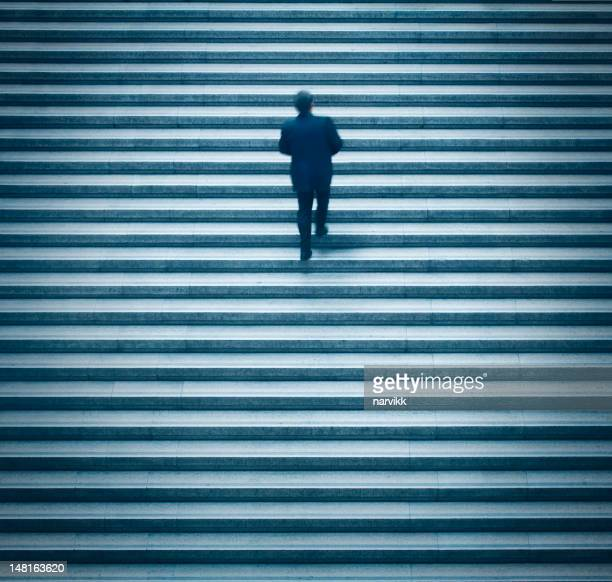Hombre hacia arriba sobre la escalera.