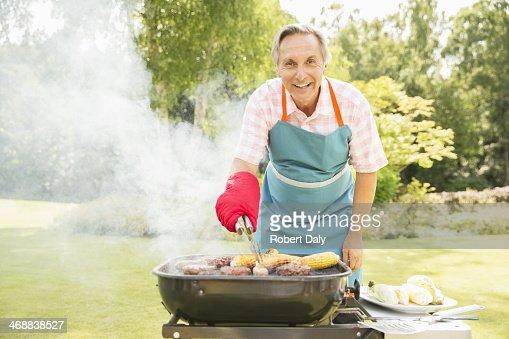Man グリル料理の裏庭でのバーベキュー