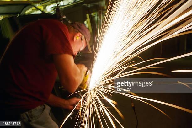 Homme dans magasin en métal poli