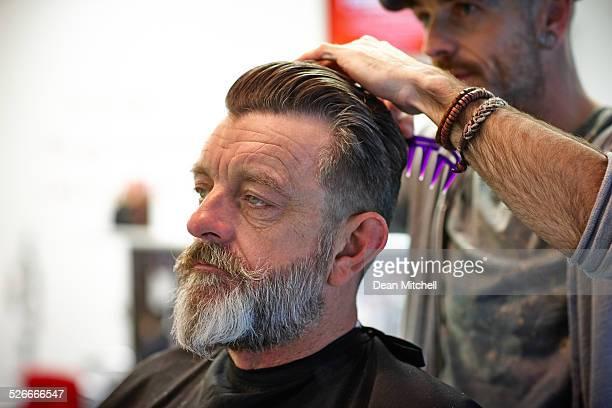 Mann mit seinem Haar-Styling ein Friseur