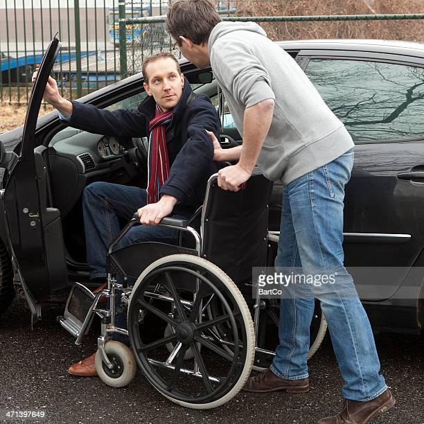 Homme aidant des personnes à mobilité réduite