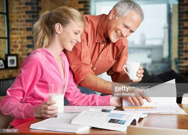 Hombre ayudando a la joven con la tarea