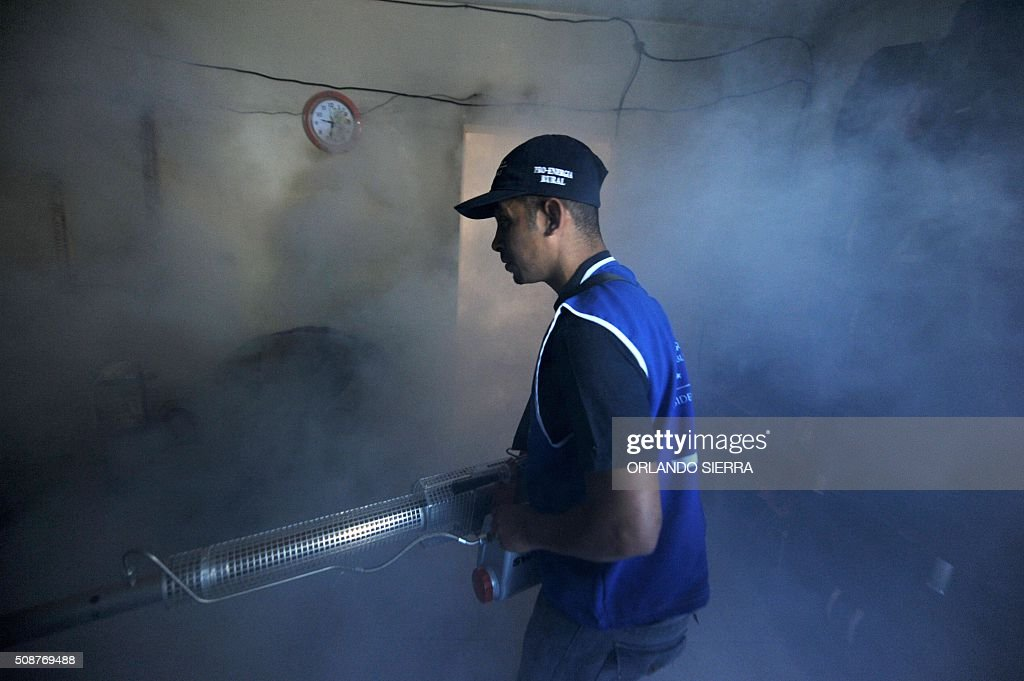 A man helps soldiers in the fight against Aedes Aegypti mosquito that transmits Zika virus, as well as viral diseases such as dengue and chikungunya, in Tegucigalpa on February 6, 2016. Honduras on Mondayy declared a state of emergency after officials said the number of Zika infections was rising at an 'alarming' rate in the Central American country. Since December 16, when the first case of the mosquito-borne virus was detected, there have been more that 4,000 cases of people infected with the virus in Honduras. AFP PHOTO / ORLANDO SIERRA / AFP / ORLANDO SIERRA