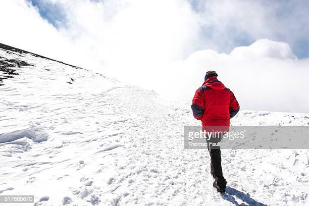 男性雪でのハイキング