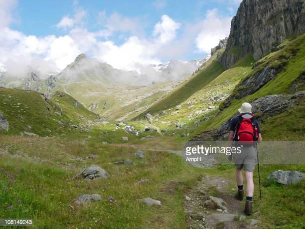 Mann Wandern, Mountain Trail in Schweizer Alpen