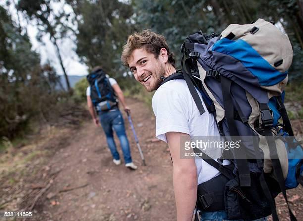Homme de randonnée avec un groupe d'amis