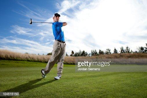 Man hitting a ball on the golf course. : Foto de stock