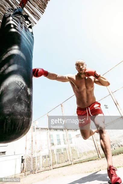 Homme frapper punching-ball