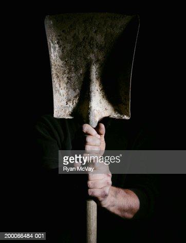 Man holding a shovel, focus on hands : Foto de stock