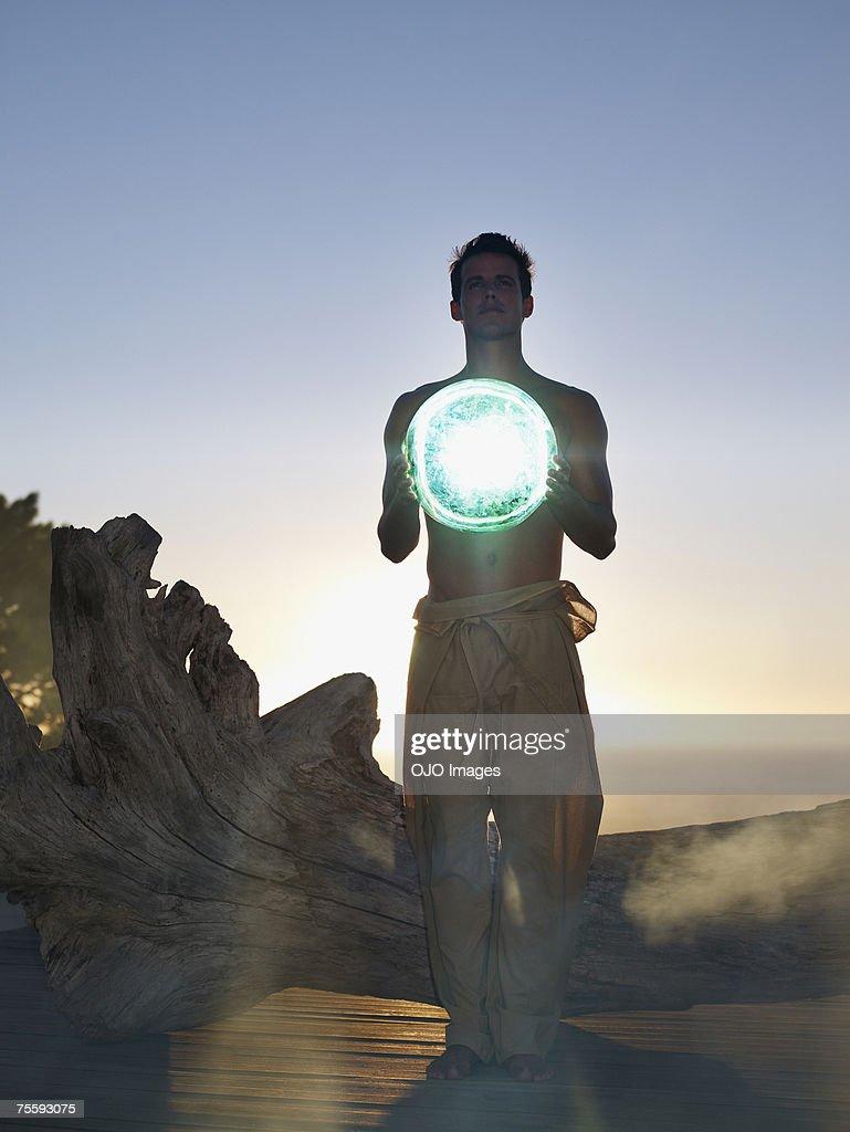 Man holding an orb : Stockfoto