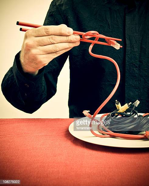 Homme tenant des câbles avec Chop bâtons