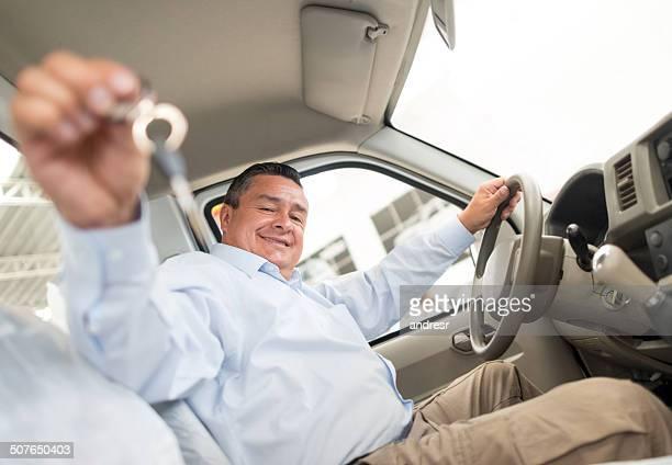 Mann halten Autoschlüssel