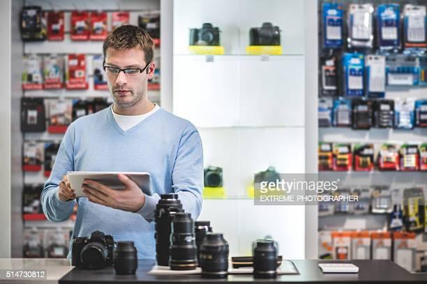 Mann hält Digitaltablett im Speichern
