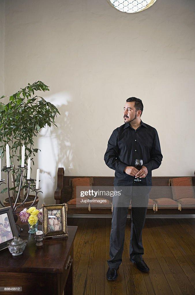 Man holding glass of wine : ストックフォト