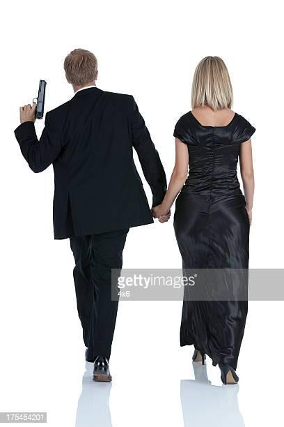 Homme tenant un pistolet de marche femme