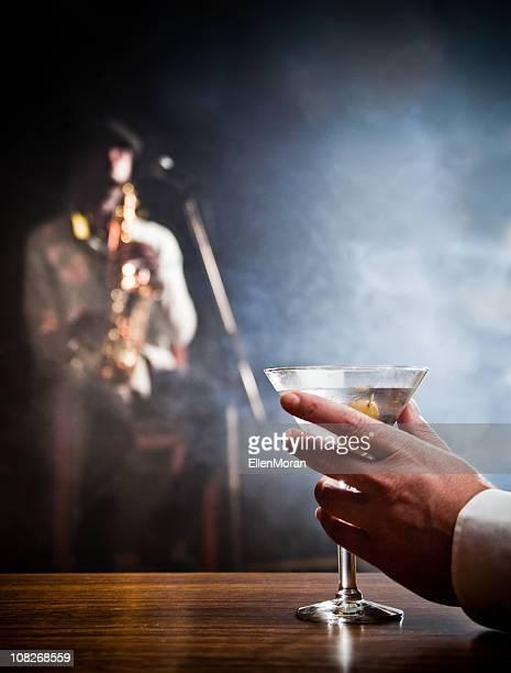 Mann hält Martini