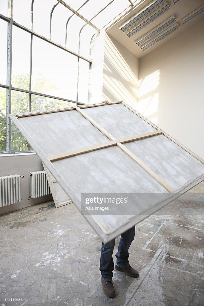 Mann mit Gemälde : Stock-Foto