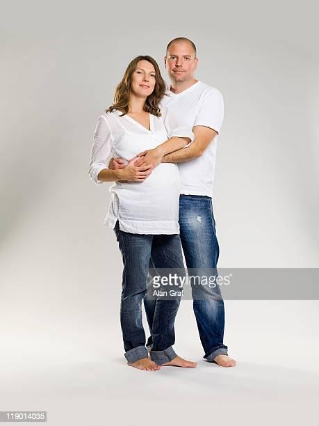 Homme embrassant femme enceinte femme