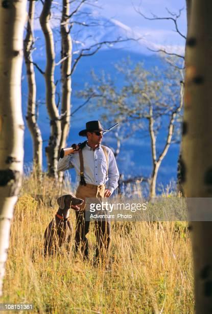 Mann bei der Jagd in den Bergen mit Hund
