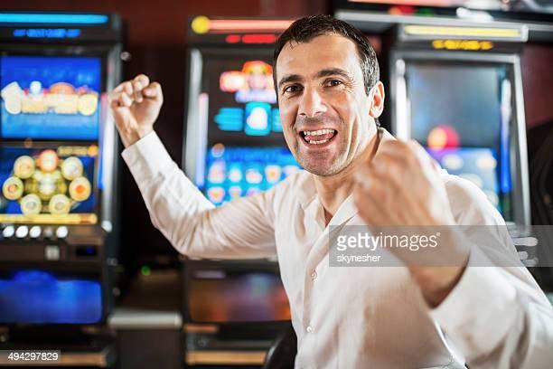 Uomo in un casinò vincere a slot machine.