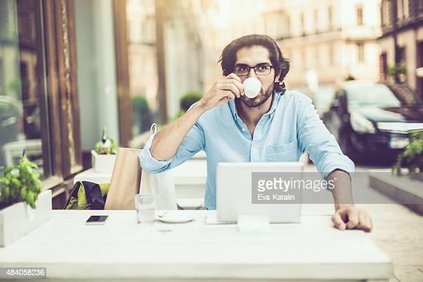 Mann in einem coffee shop