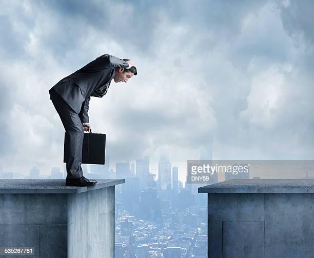 Uomo in un tailleur stares nello spazio tra due edifici