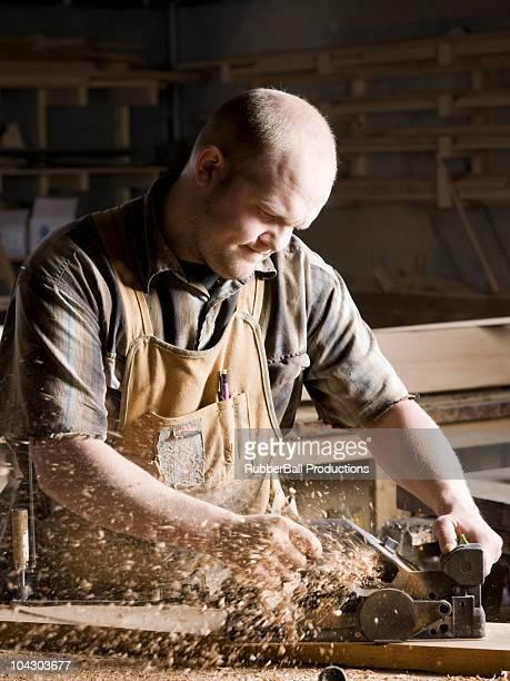 Mann in einem woodshop