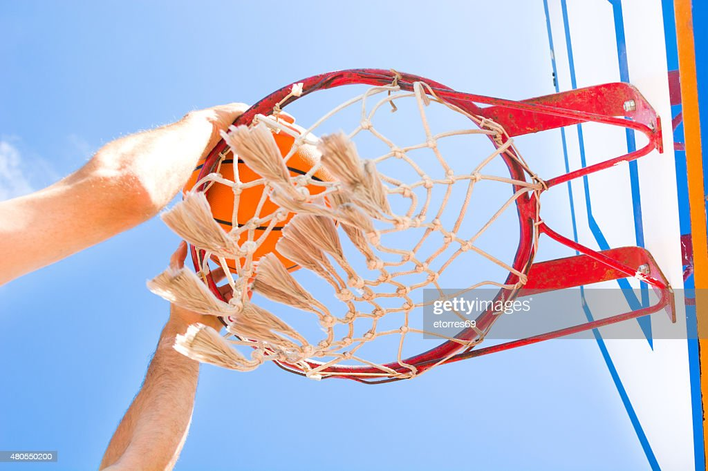 Homem no campo de basquetebol : Foto de stock
