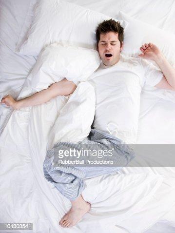 menschen schlafen bett stock fotos und bilder getty images. Black Bedroom Furniture Sets. Home Design Ideas