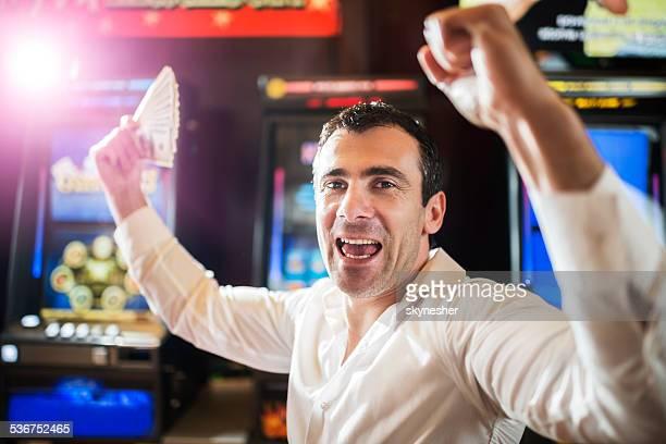 Uomo in Casinò di vincere a slot machine.
