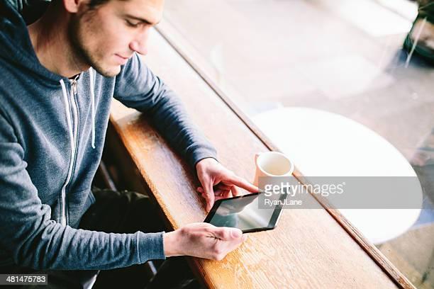 Homem no café com Tablet computador