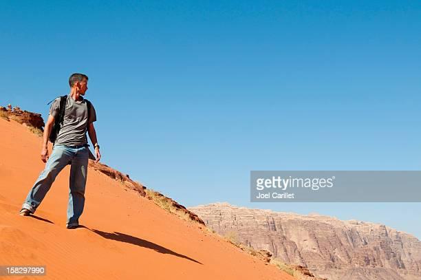 Man in 砂漠を Wadi Rum ,Jordan