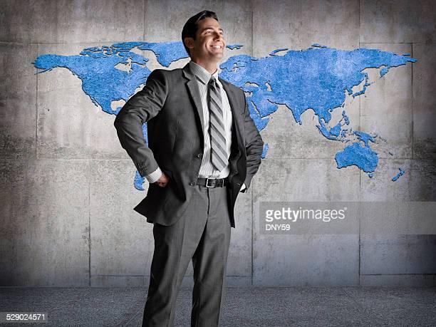 Hombre en frente del mapa mundial