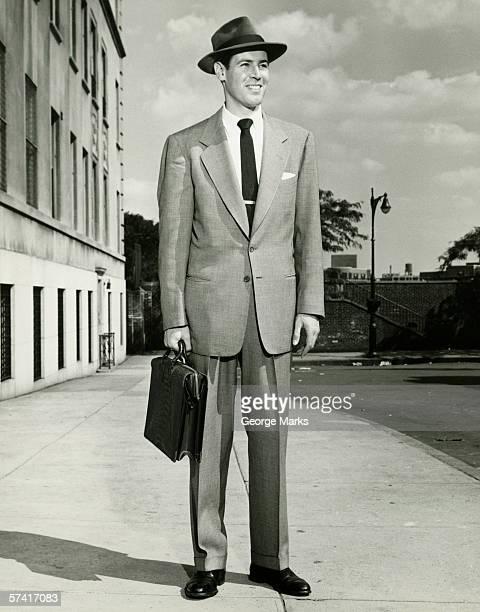 Homme en costume complet, debout sur le trottoir (B & W) (autoportrait