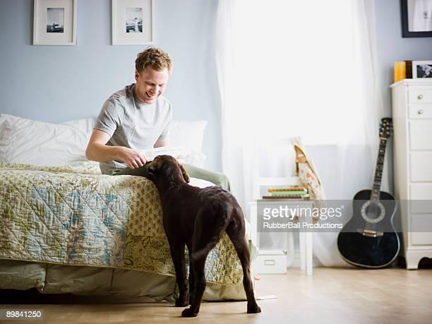 Uomo nella sua camera da letto con il suo cane