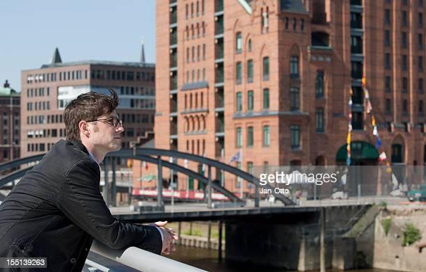 Mann in der Magdeburger Hafen von Hamburg