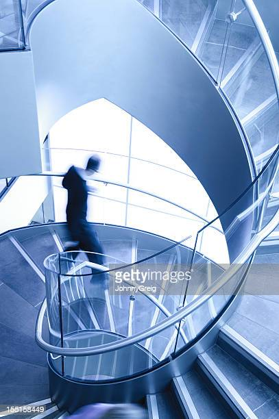 Homme en mouvement sur l'escalier en colimaçon