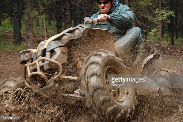 Homem na lama em quad
