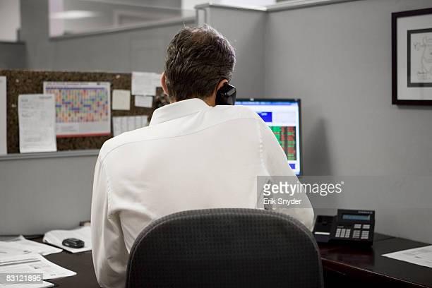 Homme de bureau sur le téléphone