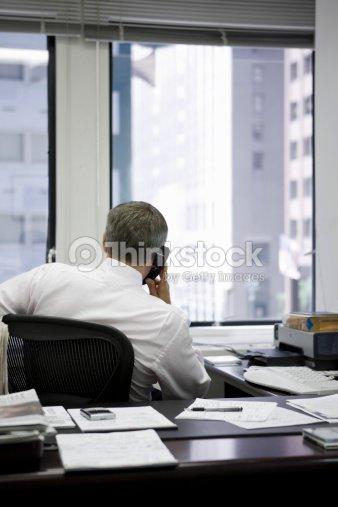 Hombre de oficina en el tel fono foto de stock thinkstock - Telefono de oficina de ryanair ...
