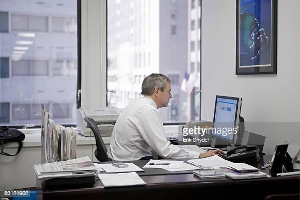 Uomo in ufficio utilizzando computer