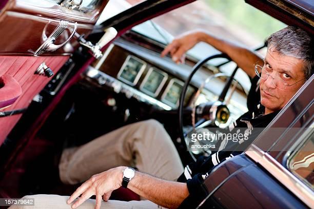 Mann in alten Auto Porträt