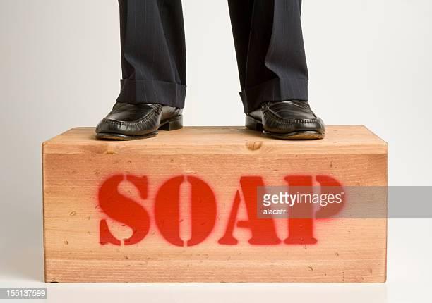 Hombre en traje de tela rayada Soapbox.