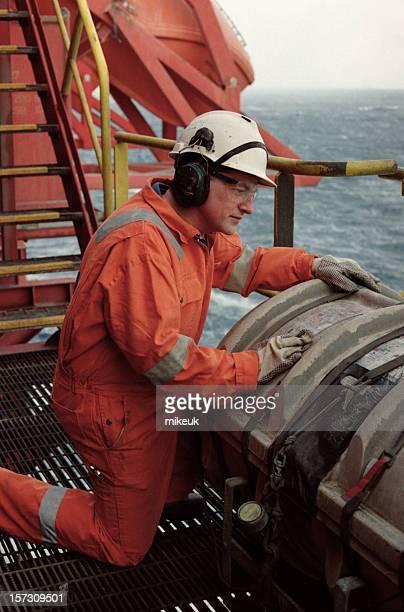 Hombre de trabajo de plataforma petrolífera
