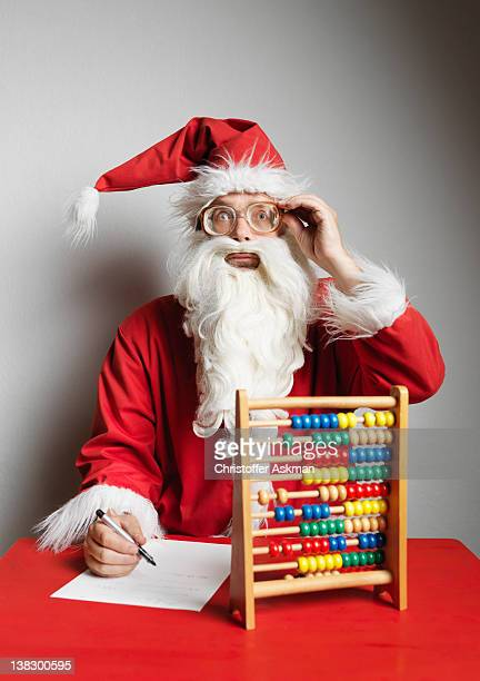 Uomo in costume da Babbo Natale con l'abaco