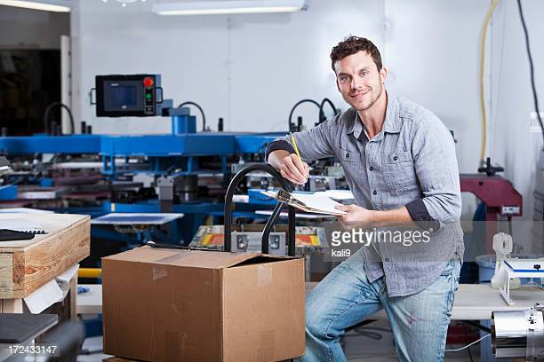 Écran homme en usine d'impression